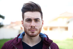 有胡子的偶然凉快的年轻人 免版税图库摄影