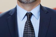 有胡子的典雅的与领带的人佩带的衣服 免版税库存照片