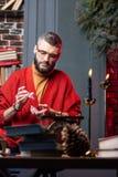 有胡子的占卜者感觉周道使用oracle卡片在晚上 库存照片