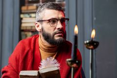 有胡子的占卜者感觉周道在读古老魔术师书以后 图库摄影