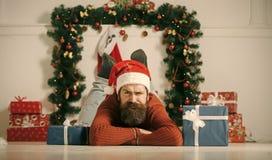 有胡子的圣诞节人在严肃的面孔当前装箱 图库摄影