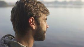 有胡子的在旅游小船的人观看的日落,享受消遣远航 股票录像