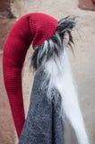 有胡子的妖精特写镜头在街道的圣诞节装饰的 库存图片