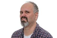 有胡子的恼怒的成为秃头的人冷笑在照相机 免版税库存图片