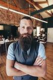 有胡子的时髦的男性理发师 免版税库存照片