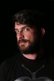 有胡子的有有趣的神色的人佩带的衬衣 关闭 E 投反对票 免版税图库摄影