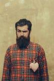 有胡子的有胡子的人与在衬衣的玫瑰色纺织品心脏 免版税库存照片