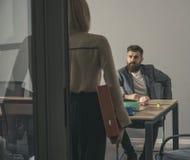 有胡子的男人和妇女开业务会议 对秘书的上司谈话在办公室 商人和女实业家在工作 免版税图库摄影