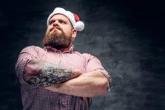 有胡子的男性佩带的圣诞老人` s新年帽子 图库摄影