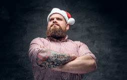 有胡子的男性佩带的圣诞老人` s新年帽子 免版税图库摄影