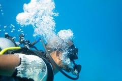 有胡子的男性画象在佩戴水肺的潜水面具的 免版税库存照片