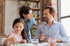 年轻有胡子的看彼此的父亲和他的儿子 免版税库存图片