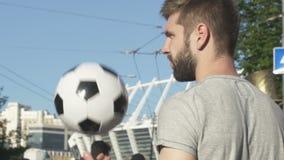有胡子的等待他的朋友,运动员的人投掷的球为训练会集 股票录像