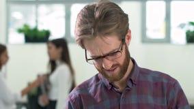 有胡子的经理紧张地转动纸,人是恼怒由于工作关闭  股票录像