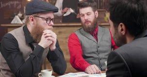 有胡子的行家人在一个偶然业务会议上 股票视频