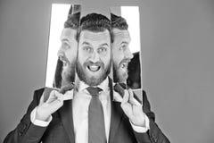 有胡子的行家人,反射在镜子的商人的愉快的面孔 库存照片