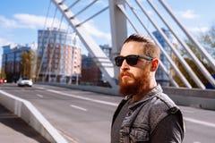 有胡子的行家太阳镜在城市 免版税库存图片