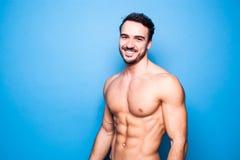 有胡子的赤裸上身的人在蓝色 免版税库存图片