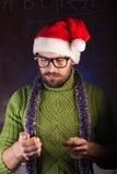 有胡子的年轻人以绿色编织了毛线衣 库存照片