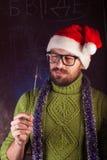 有胡子的年轻人以绿色编织了毛线衣 图库摄影