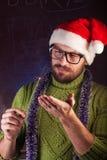 有胡子的年轻人以绿色编织了毛线衣 免版税图库摄影