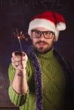 有胡子的年轻人以绿色编织了毛线衣 免版税库存照片