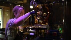 有胡子的barista油煎在一个特别机器的咖啡豆 影视素材