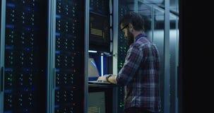 有胡子的IT专家在数据中心的设置服务器 免版税库存照片