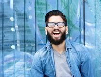 有胡子笑的年轻人 免版税库存图片