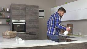 有胡子舞蹈和洗涤的现代厨房,家庭清洁,慢动作肥胖人 股票录像