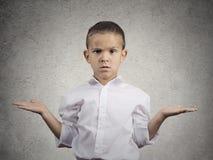 有胳膊的问无知的儿童的男孩什么是问题 免版税库存照片