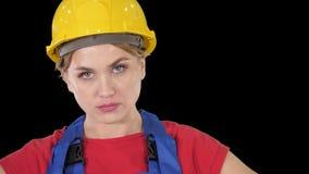 有胳膊的骄傲的确信的年轻女人工作者在臀部,阿尔法通道 股票录像