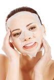 有胶原面具的美丽的温泉妇女。 库存照片
