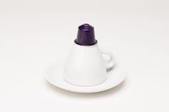 有胶囊的咖啡杯 库存照片