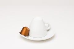有胶囊的咖啡杯 免版税图库摄影