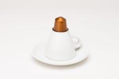 有胶囊的咖啡杯 免版税库存照片