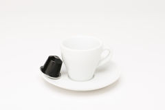有胶囊的咖啡杯 免版税库存图片