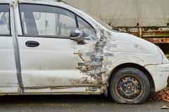 有胶带修理的汽车 免版税库存照片
