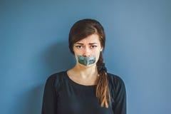 有胶带的女孩在她的嘴 免版税库存照片