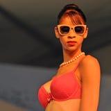 有胸罩的妇女在时装表演 免版税库存照片