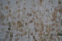 有脚印的肮脏的墙壁 图库摄影