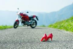 有脚跟的红色鞋子 免版税库存照片