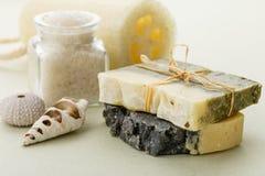有腌制槽用食盐和丝瓜络的自然有机肥皂 免版税图库摄影