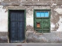 有腐朽的墙壁的空的遗弃小屋 免版税库存照片