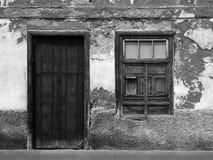 有腐朽的砖和墙壁的空的遗弃小屋 库存图片
