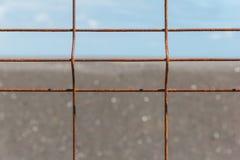 有腐蚀的铁篱芭在天际前 库存图片