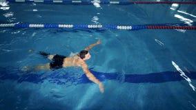 有腿假肢的一位运动员在水池,顶视图游泳 股票视频