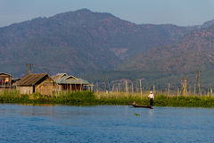 有腿划船和浮动村庄的,缅甸的(Burmar) inle湖渔夫 免版税图库摄影