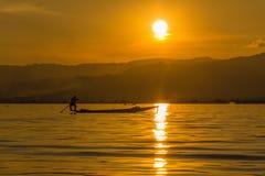 有腿划船的渔夫在日落期间,缅甸的inle湖( 库存图片