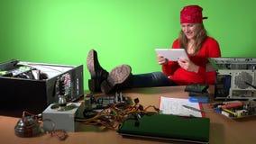 有腿的粗心大意的工程师妇女在使用与片剂的桌上 股票录像